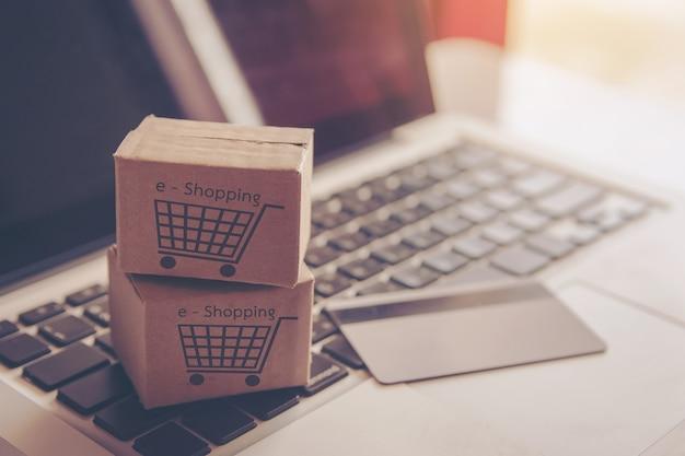 Online winkelconcept - winkelen op het online-web. met betaling per creditcard