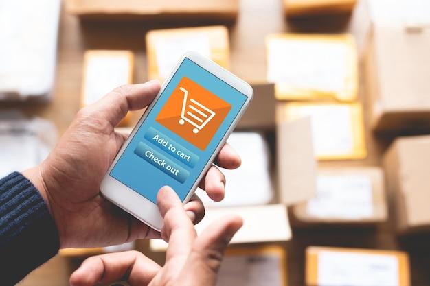 Online winkelconcepten met jongeman die smartphone gebruikt voor betaling