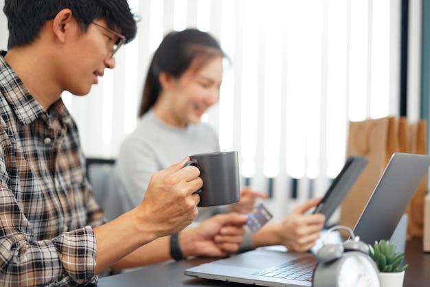 Online winkelen concept een paar die aanbevolen producten kiest met aantrekkelijke promoties die worden weergegeven in de online winkel op een tablet.