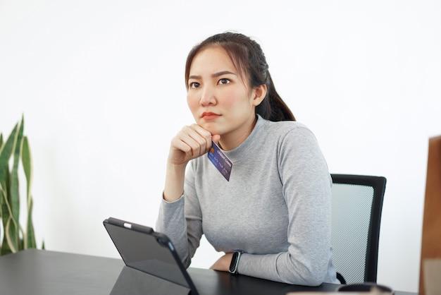 Online winkelen concept een vrouwelijke shopper geniet van het plukken en kopen van producten in een online winkel.