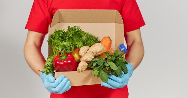 Online winkelen concept. kruidenier doos met vers fruit en groenten. thuisbezorgd voedsel tijdens quarantaine coronavirus