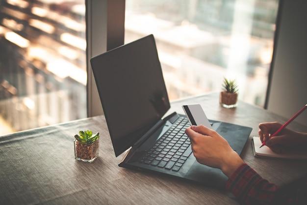 Online winkelen en online betalen voor aankopen, goederen per creditcard met behulp van een laptop. bestel goederen online