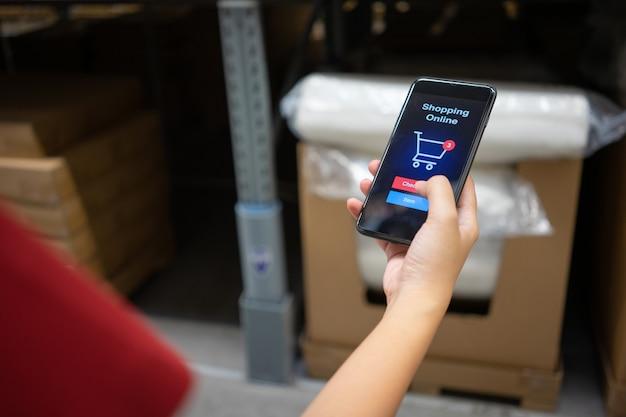 Online winkelen met bezorgservice voor smartphones en boodschappentassen