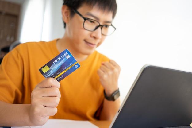 Online winkelen met digitale tablet en creditcard