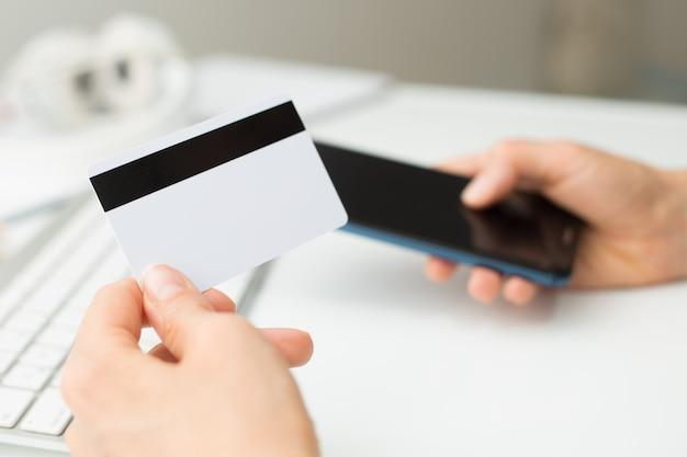 Online winkelen met een creditcard en smartphone