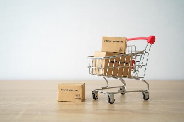 Online winkelen met een winkelwagen en een bezorgservice voor boodschappentassen