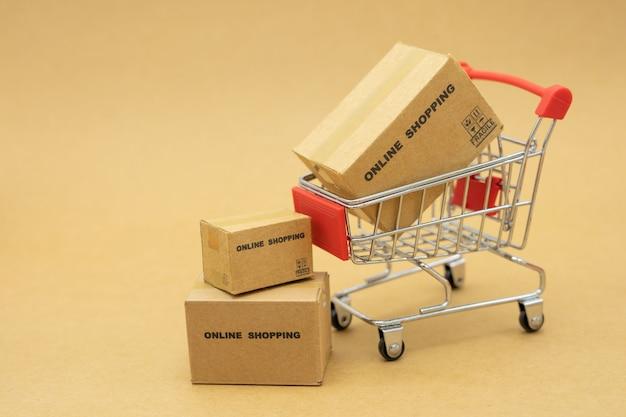 Online winkelen met een winkelwagentje en bezorgservice voor boodschappentassen