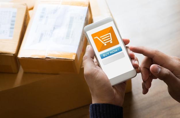 Online winkelen met man met behulp van een smartphone voor betaling
