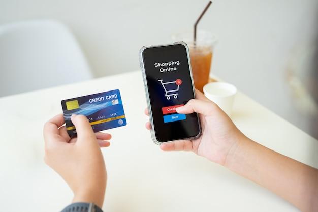 Online winkelen met smartphone en boodschappentas bezorgservice