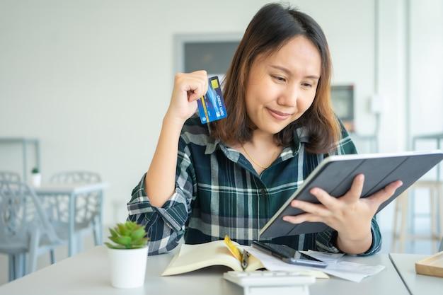 Online winkelen met smartphone en boodschappentassen bezorgservice