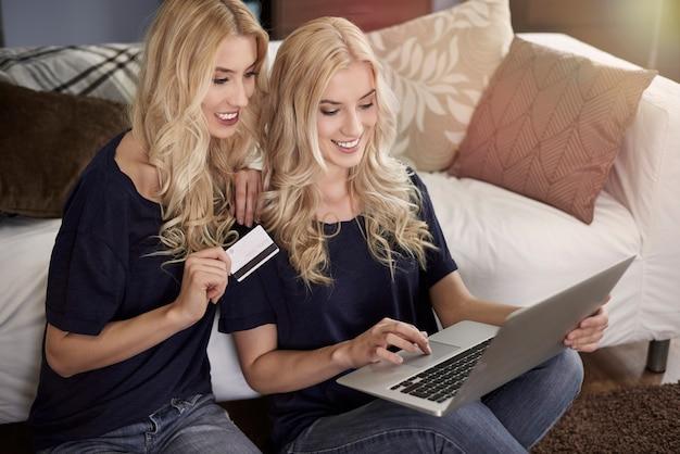 Online winkelen met tweelingzus