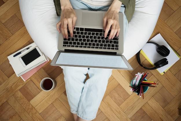 Online winkelen, online leren, thuis wachten. afstandsonderwijs.