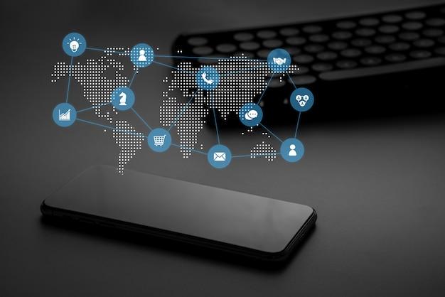 Online winkelen pictogram op slimme telefoon voor totaalconcept