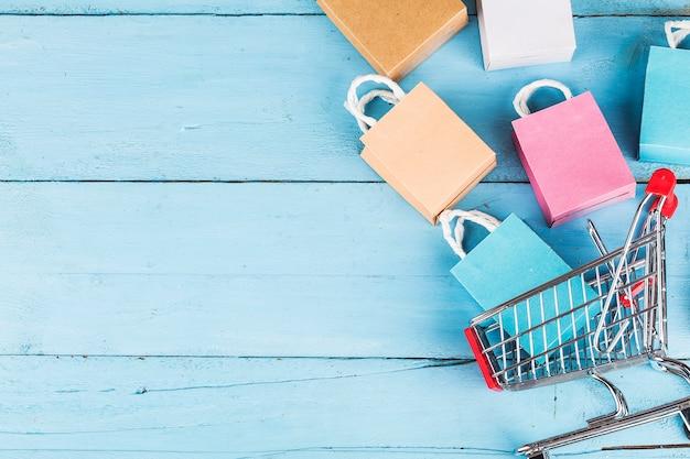 Online winkelen thuis concept. blauwe achtergrond copyspace