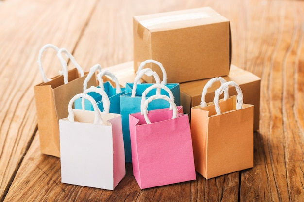 Online winkelen thuis concept. online winkelen is een vorm van elektronische handel waarmee consumenten direct kunnen kopen