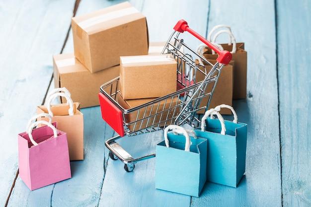 Online winkelen thuis concept. online winkelen is een vorm van elektronische handel waarmee consumenten via internet rechtstreeks goederen van een verkoper kunnen kopen