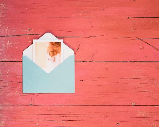 Onmiddellijke foto die van envelop weggaat