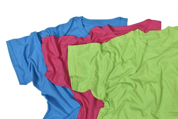 Onordelijke kleurrijke kledingstapel