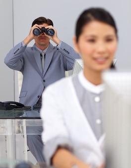 Onrealistische zakenman die verrekijkers met behulp van