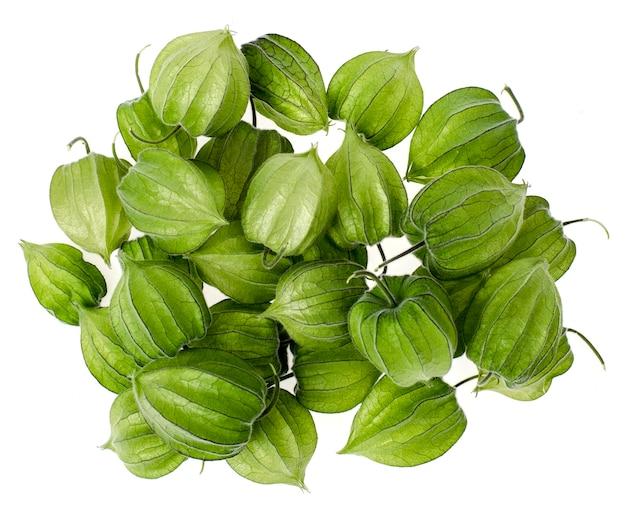 Onrijp groen physalisfruit op witte achtergrond.