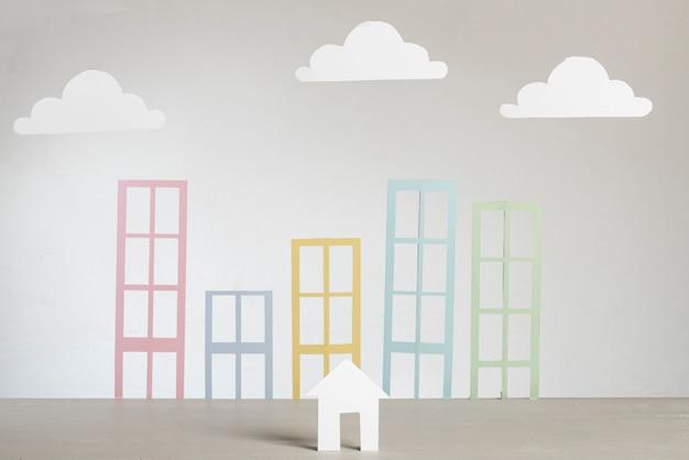 Onroerend goed abstracte papieren stadsgebouwen en wolken