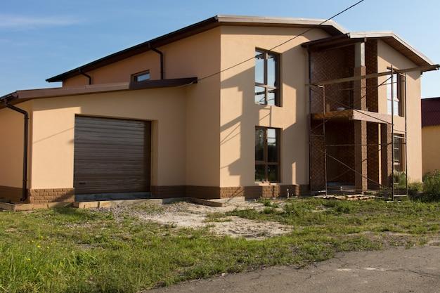 Onroerend goed architectonisch exterieur woningbouw ontwerp op grasachtig landschap.
