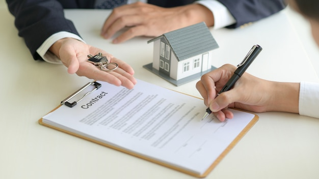 Onroerend goed concept, klant ondertekening contract over woningkredietovereenkomst.
