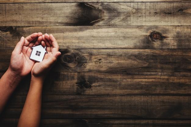 Onroerend goed concept, ondernemer met een huispictogram