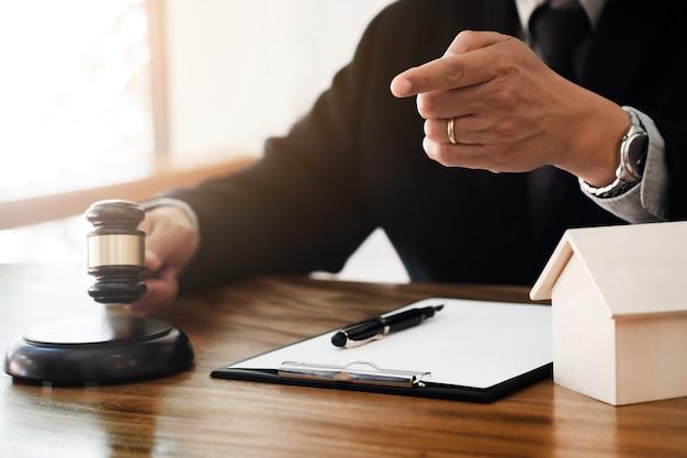 Onroerend goed concept, rechter hamer / advocaat in veiling met huis-model