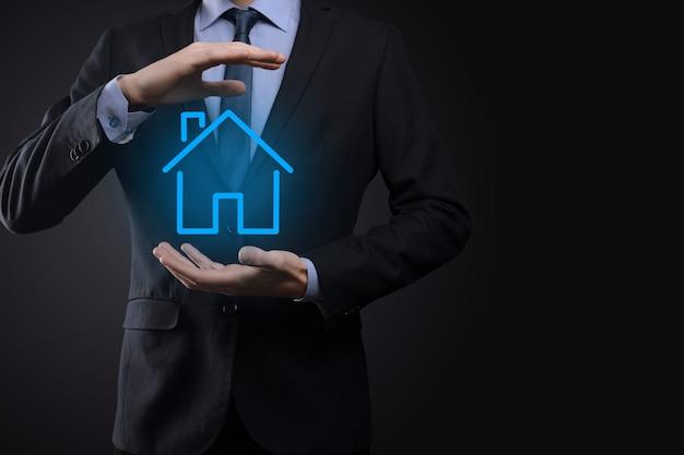 Onroerend goed concept, zakenman houden een huis-symbool. huis aan kant. onroerend goed verzekering en veiligheidsconcept. beschermend gebaar van man en symbool van huis.