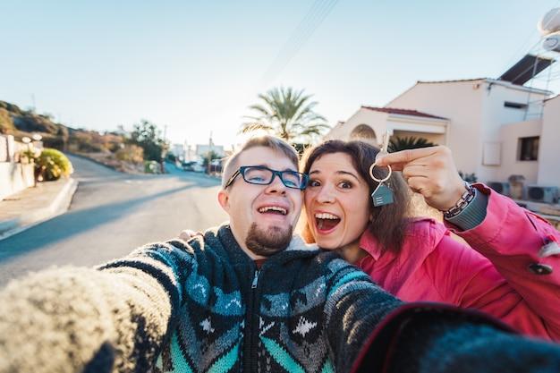 Onroerend goed: gelukkig paar dat sleutels van hun nieuwe huis toont
