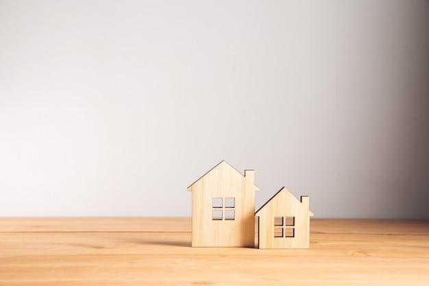 Onroerend goed, houten huismodellen op tafel