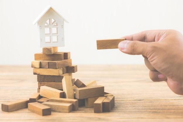 Onroerend goed investeringen en huis hypotheek financiële concept. beleggingsrisico en onzekerheid