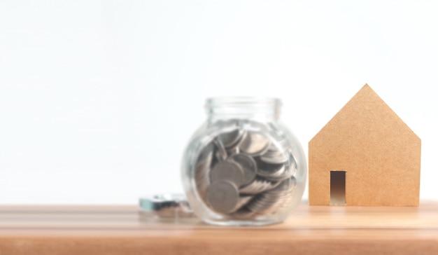 Onroerend goed investeringen en huis hypotheek financiële conceptmuntstuk stapel