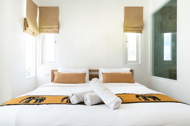 Onroerend goed luxe interieur in slaapkamer van zwembadvilla met knus kingsize bed. hoog verhoogd plafond