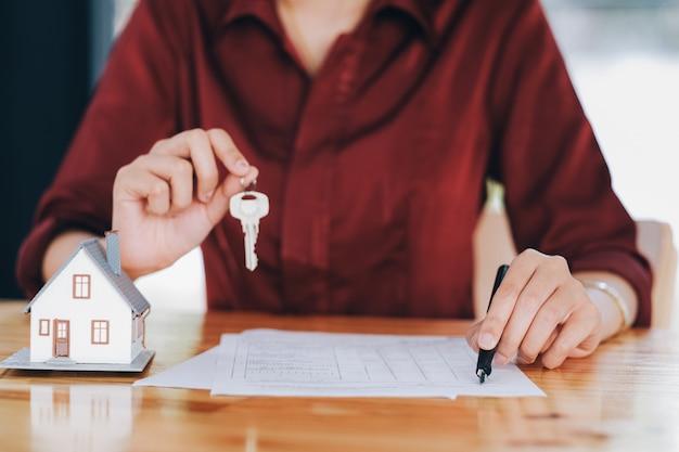 Onroerend goed makelaar woonhuis huur aanbieding contract.