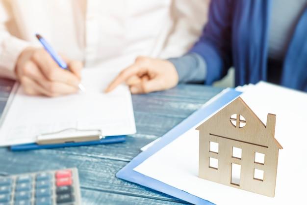 Onroerend goed overeenkomst. een huis kopen met de ondertekening van documenten.