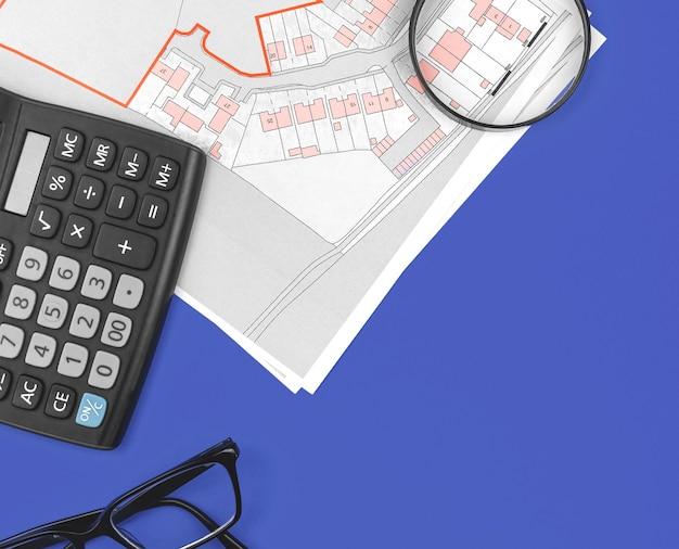 Onroerend goed plat lag werkruimte achtergrond, hypotheek en land zoeken voor verkoop concept foto, bovenaanzicht