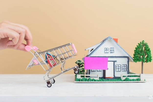 Onroerendgoedmarkt, huis in winkelwagen