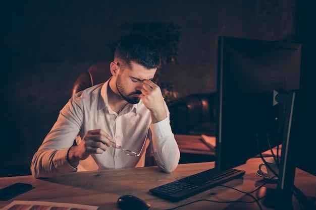 Onrustige bezorgde man met hoofdpijn nachtwerkcomputer