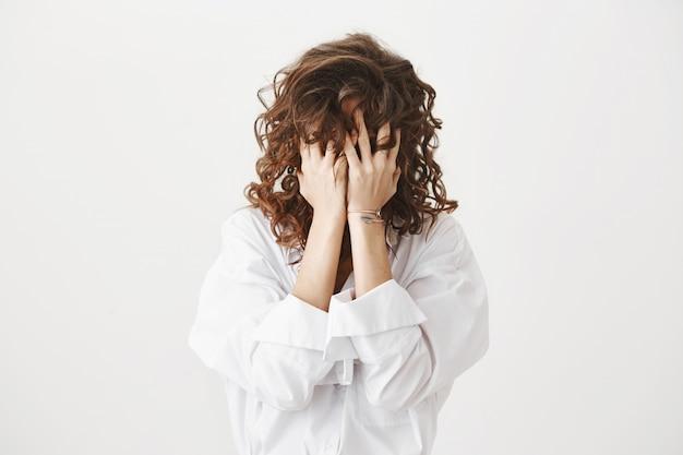 Onrustige noodlijdende vrouw druk op de handpalmen