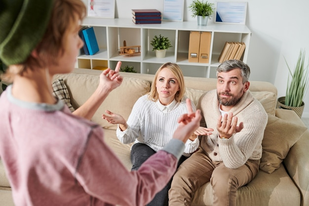 Onrustige tiener neukt ouders