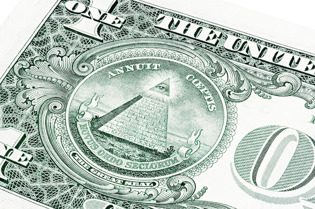 Ons een biljet van 1 dollar in een close-up foto. ondiepe scherptediepte effect. oog van de voorzienigheid, alziend oog van god, mason illuminati-logo, piramide, driehoek. grote zeehond.