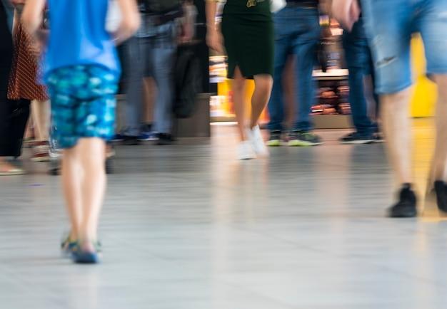 Onscherp schot van menigte die in luchthaven loopt