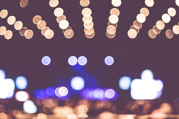 Onscherpe achtergrond bokeh verlichting in concert met publiek