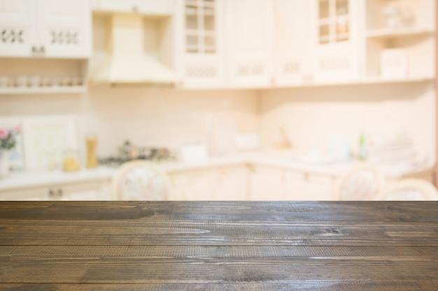 Onscherpe achtergrond leeg houten tafelblad en intreepupil moderne keuken