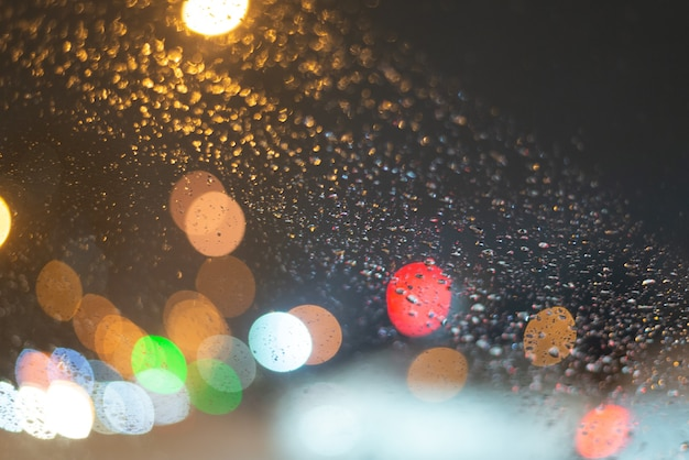 Onscherpe achtergrond met regendruppels en lichten