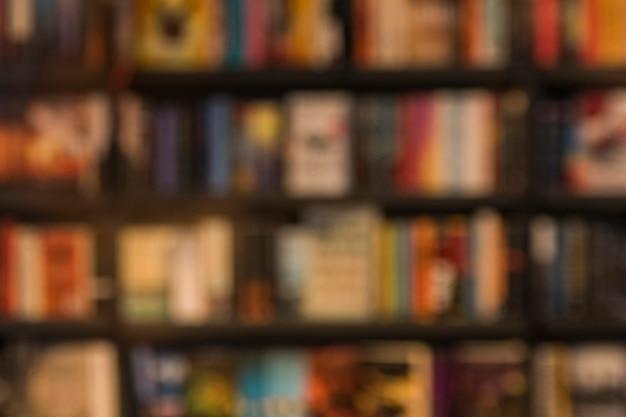 Onscherpe achtergrond van boeken in bibliotheek