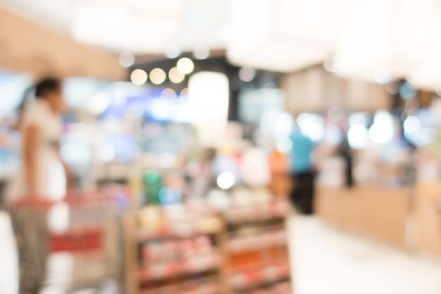 Onscherpe achtergrond van de mensen in de supermarkt