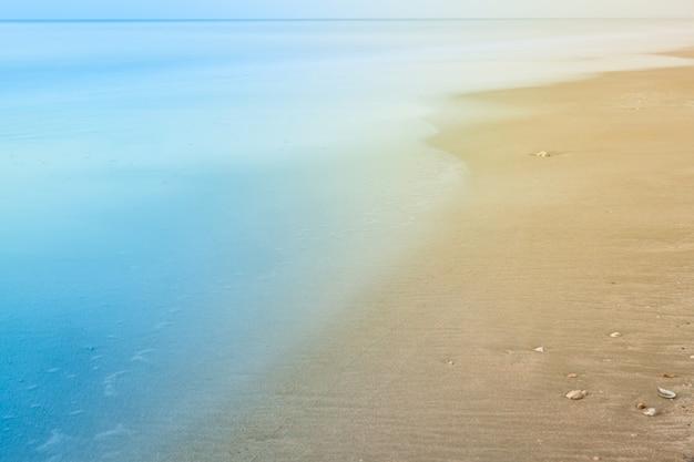 Onscherpe achtergrond van strand en zee golven met vintage kleurstijl.